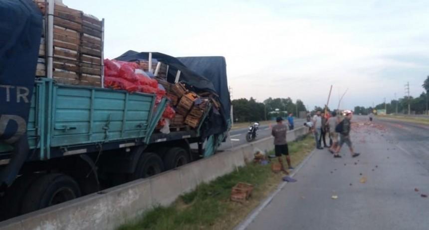 San Luis: un camión chocó tres columnas de la Autopista de las Serranías Puntanas