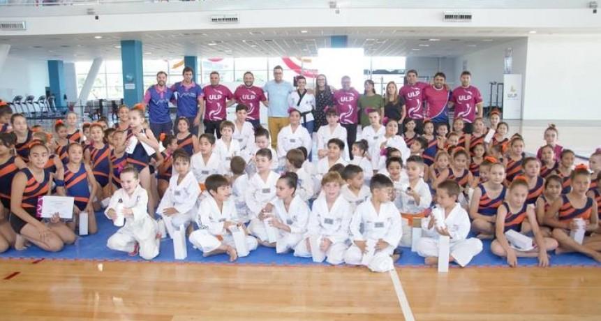 Taekwondo y gimnasia artística exhibieron su talento