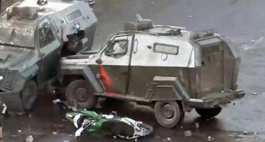 Chile: una tanqueta de Carabineros aplastó a un joven durante una manifestación en Santiago