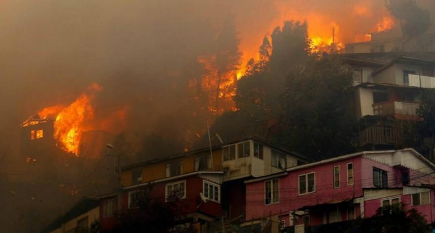 Un gigantesco incendio consumió un centenar de casas en Valparaíso