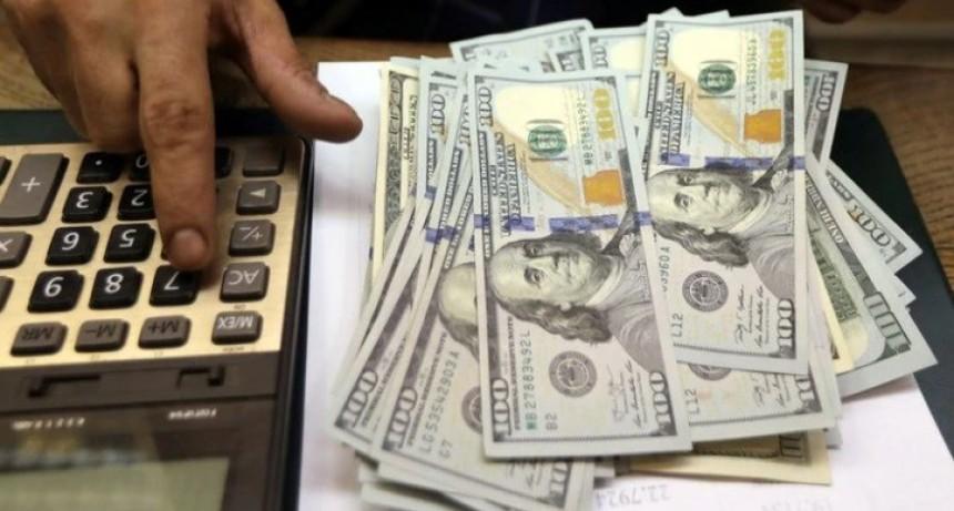 Los bancos ya aplican el recargo de 30%: el dólar solidario se vende a 81,90 pesos