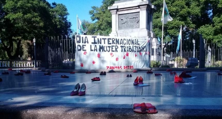 La plaza Pringles se llenó de zapatos rojos contra la violencia de género