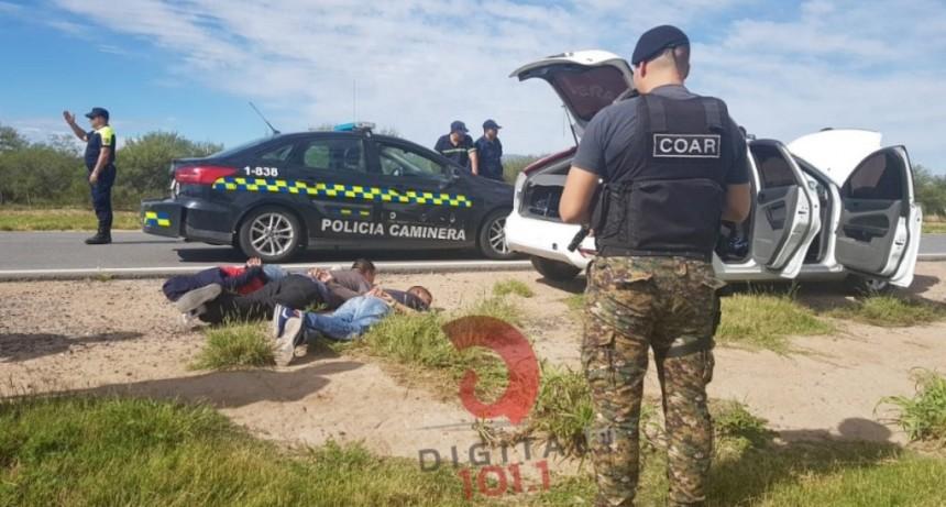 Un auto evadió dos controles policiales y se dio a la fuga
