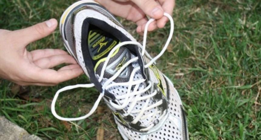 Ahorcó a su ex novia con el cordón de su zapatilla y escapó