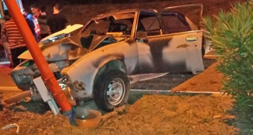 San Luis: Un auto chocó contra un poste de luz