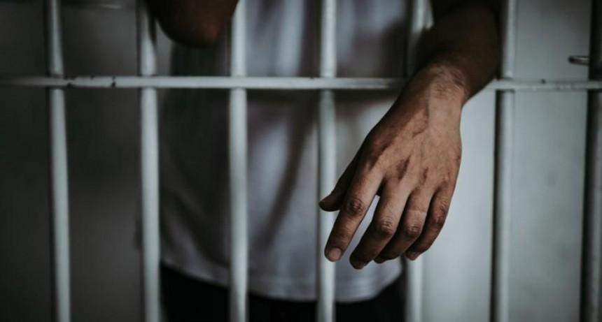 Video brutal: presos masacraron a puñaladas a otro en una cárcel