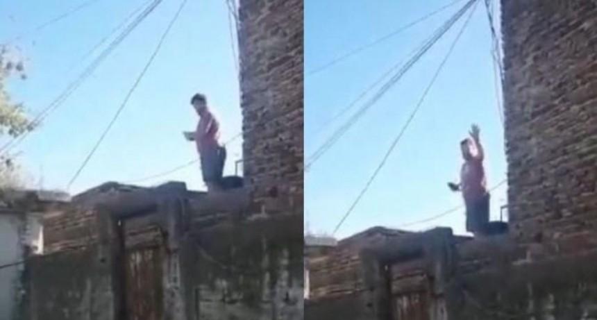 Madre e hija le pidieron al vecino que baje la música y este se bajó los pantalones