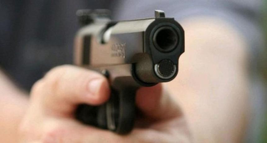 Ladrón entró a robar a un almacén, se distrajo y la cajera lo fusiló de un tiro