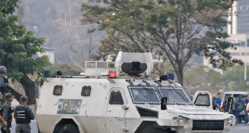 Escalofriante video de tanque arrollando manifestantes en Caracas