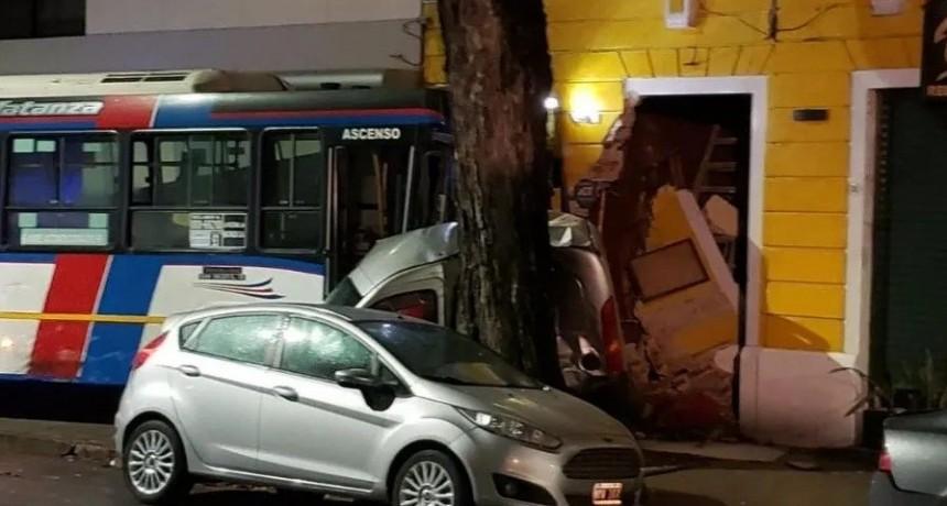 Brutal choque entre auto y colectivo en Caballito: hay 13 heridos