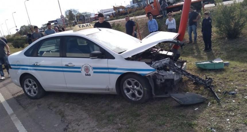 San Luis: un taxi chocó contra un poste de luminaria