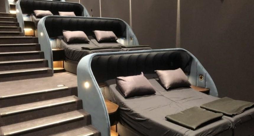La sala de cine más cómoda del mundo: tiene camas con mantas y pantuflas incluidas