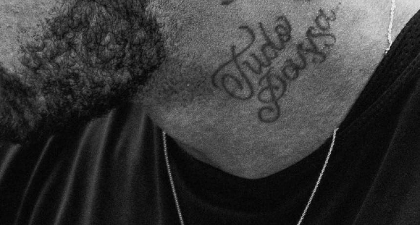 En su peor momento, Neymar muestra un tatuaje con una frase