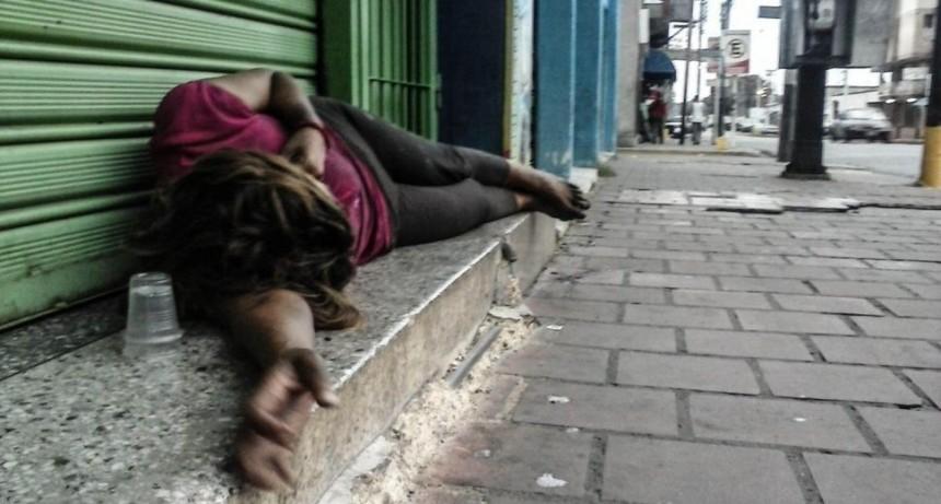 Video brutal: le reventó la cabeza con una baldosa en discusión entre indigentes