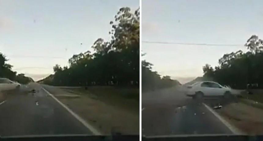 Impactante video: taxista se quedó dormido, chocó a motociclista y lo mató