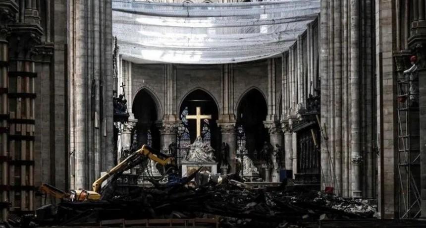 Con cascos, realizan la primera misa tras el incendio en Notre Dame