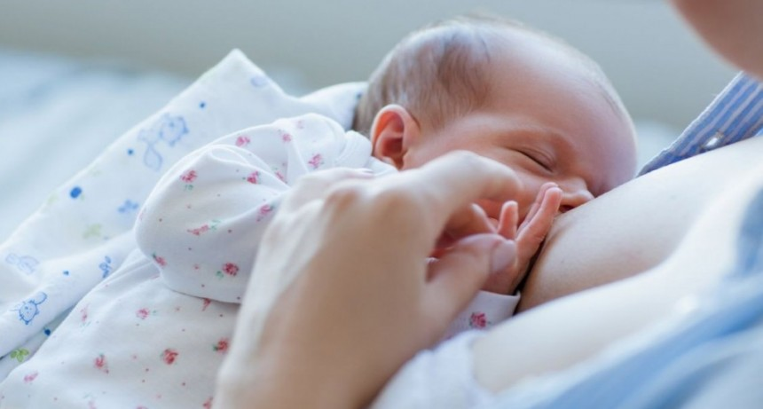 Insólito: amamantaba a su bebé en un avión y le pidieron que se tapara
