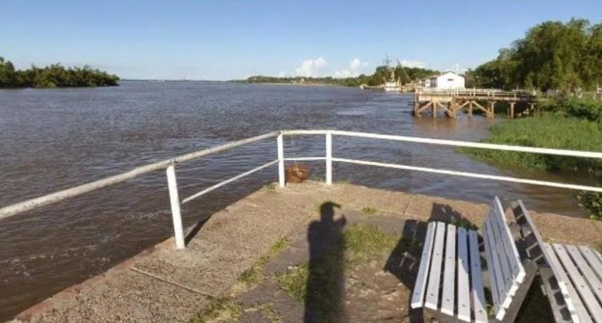 Video: Siete jóvenes agredieron a dos policías en plena costanera de Paraná