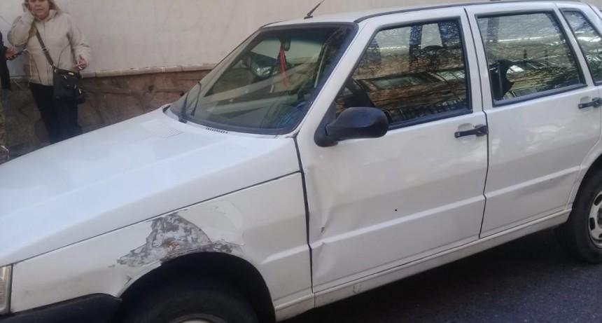 San Luis: un motociclista chocó con la puerta de un auto estacionado