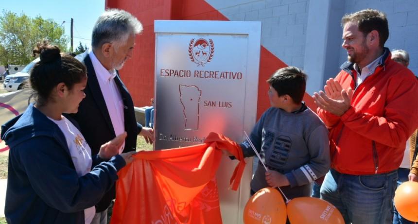 El gobernador inauguró un nuevo salón de usos múltiples en el barrio Eva Perón de San Luis