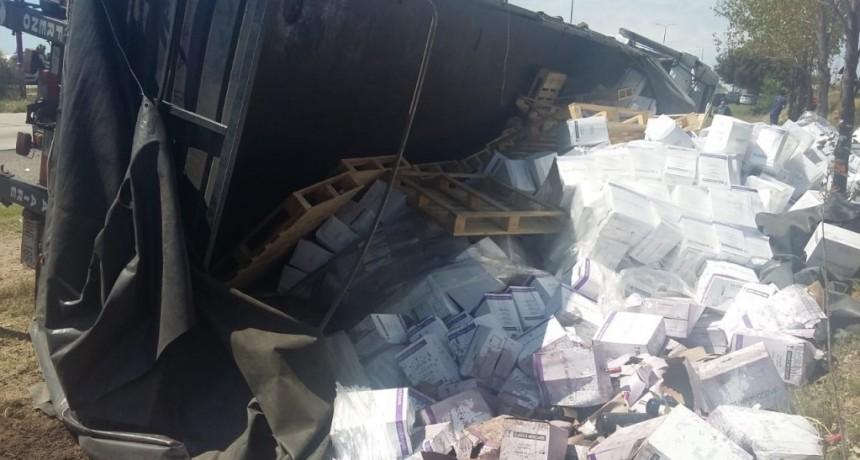 Un camión que transportaba vinos volcó en la Autopista de la Serranías Puntanas