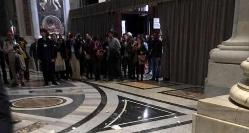 Interrumpieron una misa del Papa porque se cayó parte del techo de San Pedro