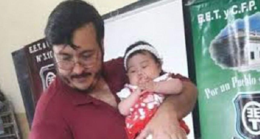 Profesor dio clases con beba de alumna a upa