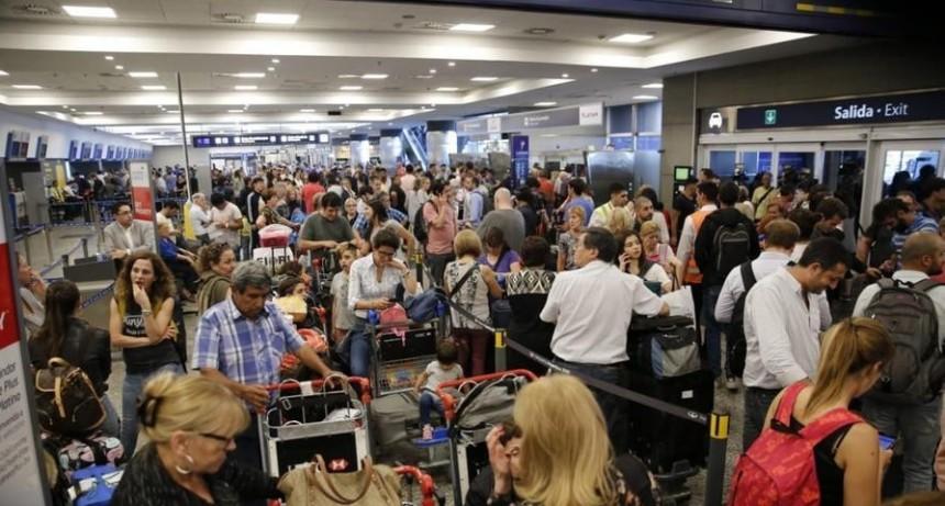 Aerolíneas Argentinas anunció la cancelación de todos sus vuelos para el lunes