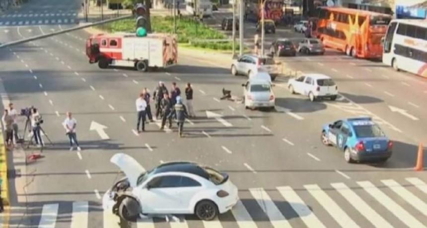 Un futbolista de Almirante Brown iba a contramano por el Metrobus y chocó frente al Obelisco
